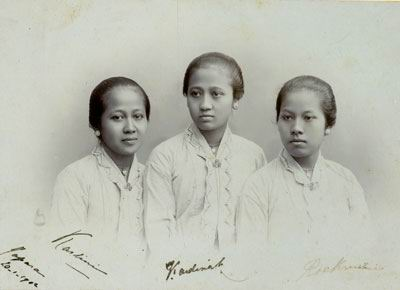 http://pipiew.files.wordpress.com/2008/04/kartini2b1.jpg