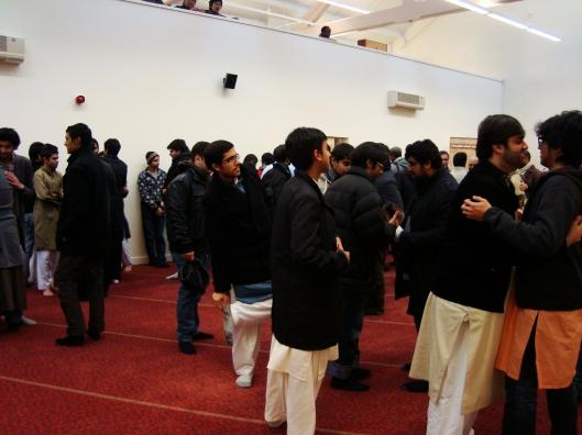 Jemaah masjid bersalam - salaman usai menunaikan sholat Id